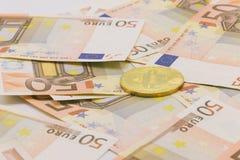 Bitcoin dourado em 50 cédulas do Euro Conceito da mineração, conceito da troca de dinheiro eletrônico Fotografia de Stock