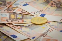 Bitcoin dourado em 50 cédulas do Euro Conceito da mineração, conceito da troca de dinheiro eletrônico, imagem conceptual da miner Fotos de Stock Royalty Free