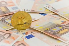 Bitcoin dourado em 50 cédulas do Euro Conceito da mineração, conceito da troca de dinheiro eletrônico, imagem conceptual da miner Fotografia de Stock Royalty Free