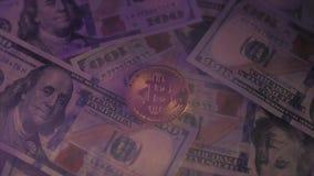 Bitcoin dourado em nós conceito da troca de dinheiro eletrônico das notas de dólar vídeos de arquivo