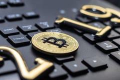 bitcoin dourado encontra-se no teclado de uma cor escura A inscrição 2019 Há uma tonificação foto de stock royalty free