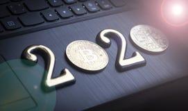 bitcoin dourado encontra-se no teclado de uma cor escura A inscrição 2020 Há uma tonificação fotos de stock