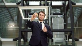 Bitcoin dourado na mão caucasiano do homem Homem de negócios Holding Digitall Symbol da moeda virtual nova vídeos de arquivo