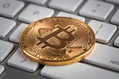 Bitcoin dourado no close up branco do teclado - conceito do cryptocurrency foto de stock royalty free