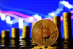 Bitcoin dourado no fundo da carta dos estrangeiros Crescimento financeiro da escada Dinheiro virtual fotografia de stock