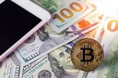 Bitcoin dourado no fundo das notas de dólar Imagens de Stock Royalty Free