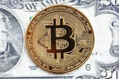 Bitcoin dourado no fundo verde do dólar foto de stock royalty free