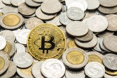 Bitcoin dourado no muitas pilhas do baht de Tailândia das moedas Foto de Stock