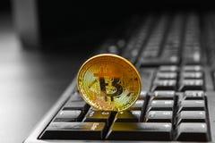 Bitcoin dourado no teclado imagens de stock