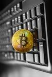 Bitcoin dourado no teclado foto de stock royalty free