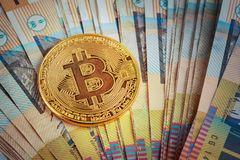 Bitcoin dourado que incandesce na pilha do australiano cédulas de 50 dólares Imagem de Stock