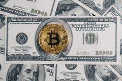 Bitcoin dourado sobre o backgro da cédula da nota de dólar e do dólar Imagem de Stock