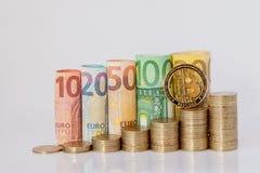 Bitcoin, Dziesięć, dwadzieścia, pięćdziesiąt, sto, dwieście i moneta euro staczający się, wystawiamy rachunek banknoty na białym  obraz stock