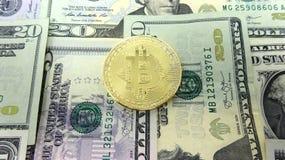 Bitcoin e banconote in dollari Composizione in immagine della foto Fotografie Stock Libere da Diritti