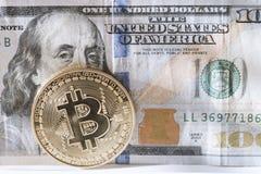 Bitcoin e Ben sulle cento banconote in dollari Fotografia Stock
