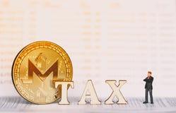 Bitcoin e blocos de madeira com letras do IMPOSTO imagem de stock