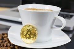 Bitcoin e café imagens de stock