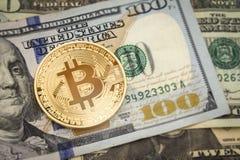 Bitcoin e dollaro Abo in aumento di cryptocurrency di simbolo del mercato di BTC Fotografia Stock Libera da Diritti