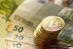 Bitcoin e euro - imagem conservada em estoque fotos de stock