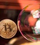 Bitcoin e la bolla come simbolo astratto dei rischi di valuta digitale e di cambiamento e di crollo del corso brusco possibile fotografia stock libera da diritti