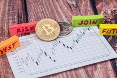 bitcoin e litecoin acima do gráfico de negócio Foto de Stock Royalty Free
