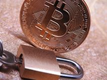 Bitcoin e lucchetto chiuso Fotografia Stock Libera da Diritti