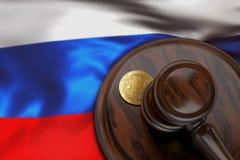 Bitcoin e martelo do juiz que coloca na bandeira de Rússia Fotos de Stock Royalty Free