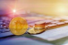 Bitcoin e outros símbolos de Digitas imagem de stock