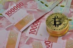 Bitcoin e valuta della rupia dell'Indonesia fotografie stock