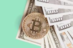 Bitcoin is een gouden muntstuk op dollarrekeningen Pen, oogglazen en grafieken Stock Foto