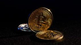 Bitcoin is een nieuw muntstuk voor de ontwikkeling van de economie van het land ` s Zwarte achtergrond stock videobeelden