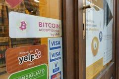 Bitcoin eerst goedkeurend opslag in stad Turijn Italië 23 Januari 2018 Stock Foto