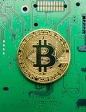 Bitcoin electrónico de la moneda en los circuitos eléctricos asquerosos y los tableros fotos de archivo libres de regalías
