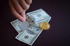 bitcoin em cédulas de cem dólares Bitcoin Ca da troca Imagens de Stock