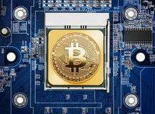 Bitcoin em um processador imagens de stock