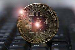 Bitcoin em um teclado foto de stock
