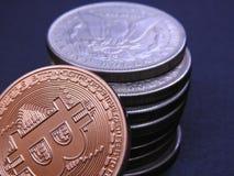 Bitcoin en antiek Zilveren Morgan Dollars Stock Fotografie
