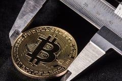 Bitcoin en banco de pruebas imágenes de archivo libres de regalías