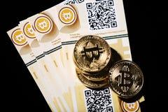Bitcoin en bankbiljetten stock afbeeldingen