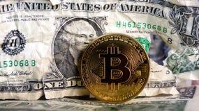 Bitcoin en billete de banco machacado del dólar Fotos de archivo libres de regalías