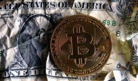 Bitcoin en billete de banco machacado del dólar Fotos de archivo