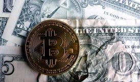 Bitcoin en billete de banco machacado del dólar Foto de archivo libre de regalías