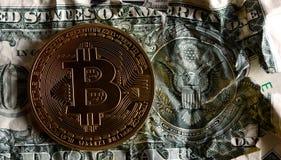 Bitcoin en billete de banco machacado sello del dólar de los E.E.U.U. Imágenes de archivo libres de regalías