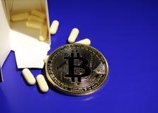 Bitcoin en bittere pillen Stock Afbeeldingen