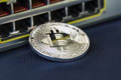 Bitcoin en bon état avec des ports d'Ethernet sur le fond photos stock
