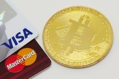 Bitcoin en creditcards stock fotografie