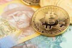 Bitcoin en de nationale valuta van de Oekraïne Bitcoins met het geldhryvnya van de Oekraïne stock afbeeldingen
