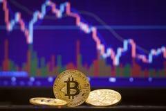 Bitcoin en defocused grafiekachtergrond Virtueel cryptocurrencyconcept Stock Foto