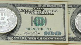 Bitcoin en dollar Het muntstuk van crypto munt verving het beeld van Franklin op een honderd-dollar rekening stock video