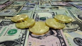 Bitcoin en dollarrekeningen De Samenstelling van het fotobeeld Royalty-vrije Stock Afbeelding